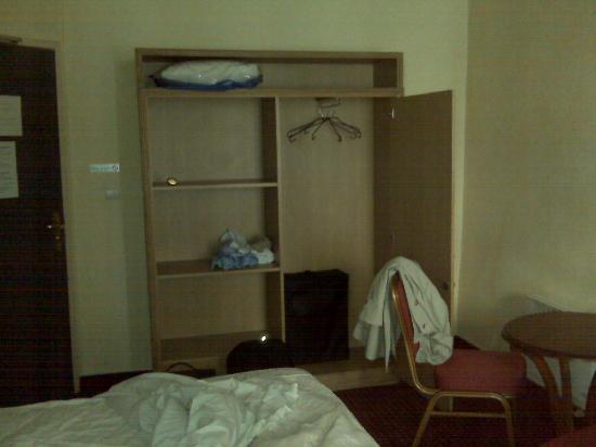 Hotel Foch : Chambre et armoire