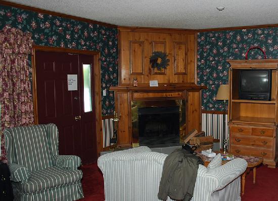 Glen House Resort: Riverview Jacuzzi room (door to deck + fireplace)