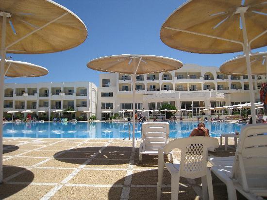 El Mouradi Gammarth : l hotel sous le parasol a la piscine