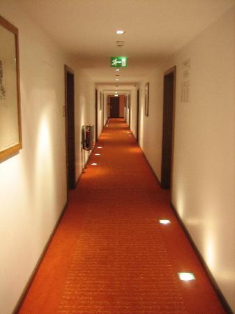 art'otel berlin mitte: Corridor/Hallway