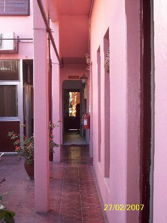 Posada del Rio: Entrada y habitaciones de planta baja