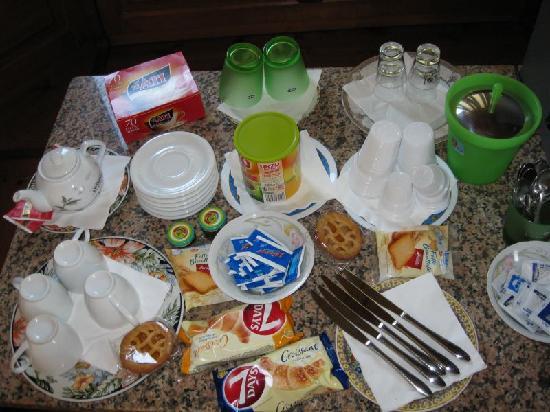 Luana Inn Bed and Breakfast: Breakfast table