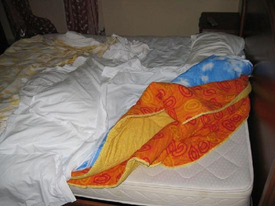 Luana Inn Bed and Breakfast: Blankets stacked on bed