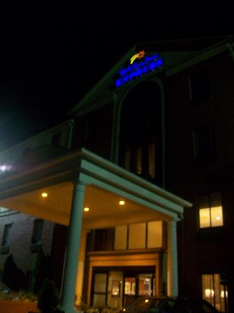 Holiday Inn Express Atlanta-Emory University Area : Entrance at Night