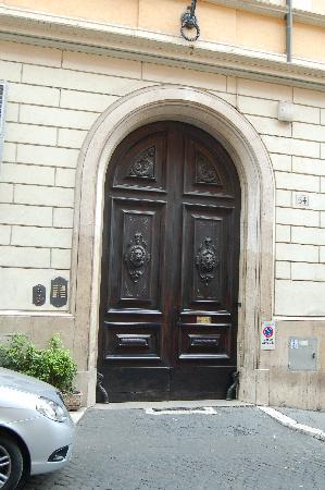 هوتل سويس: Front Door