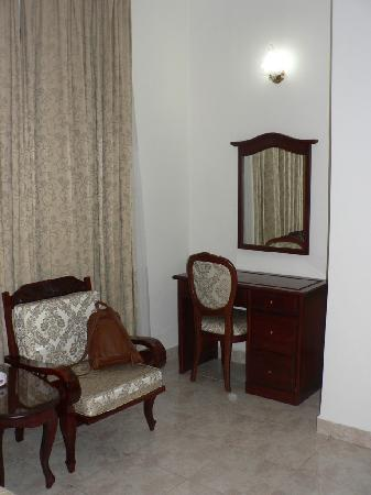 Tan Son Nhat Hotel: Room's desk & chair
