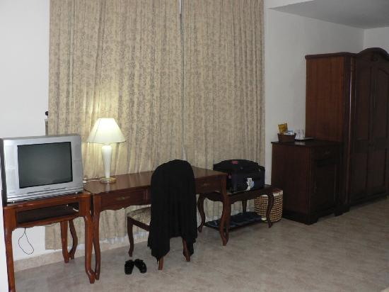 Tan Son Nhat Hotel: Room's TV, mini bar & wardrobe area