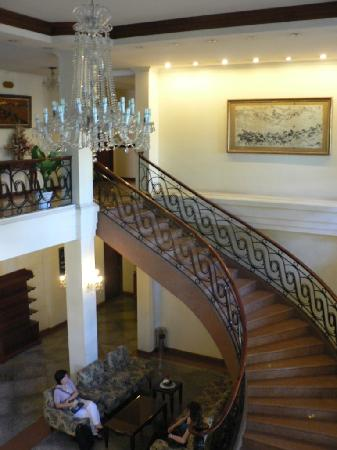 Tan Son Nhat Hotel: Main foyer's staircase