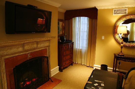 """Rittenhouse 1715, A Boutique Hotel: La 2é chambre et sa cheminée """"à flammes de synthèse..."""""""