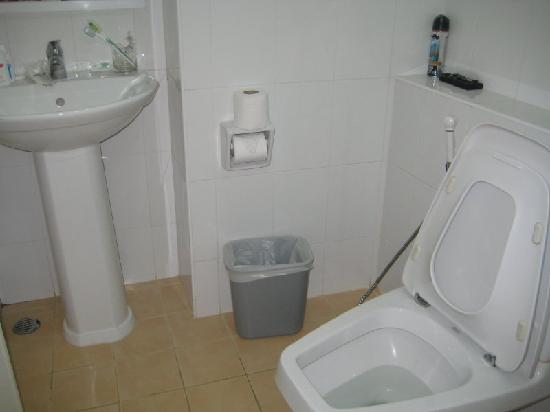 Grand Watergate Hotel: the sparkling clean white toilet