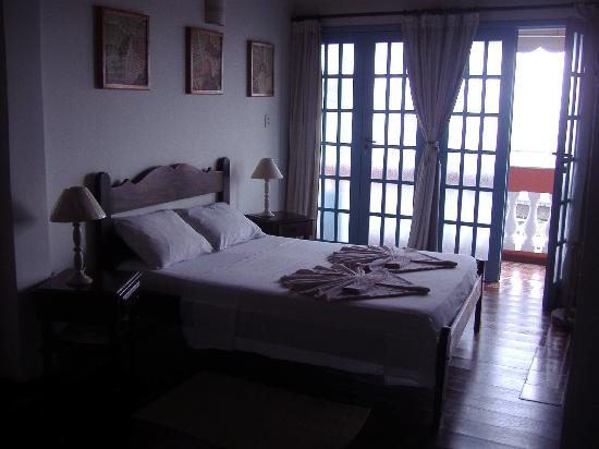 Pousada Villa Carmo : Bed with balcony in background