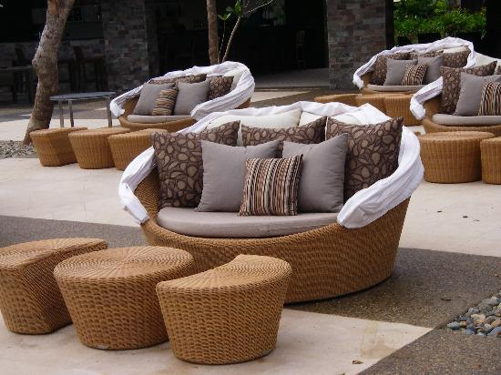 InterContinental Fiji Golf Resort & Spa: Love seats around the infinity pool