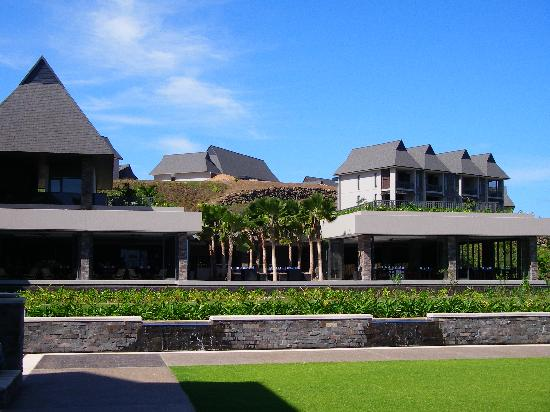 InterContinental Fiji Golf Resort & Spa: Looking back up to the other restaurant & lobby retail area.  Here you can see how far up the hi