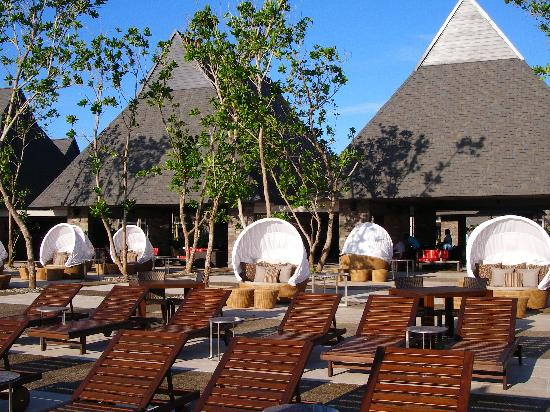 InterContinental Fiji Golf Resort & Spa: Around the infinity pool - looking to bar/restaurant