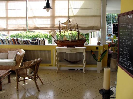 vue petit d jeuner terrasse photo de h tel la fianc e du pirate villefranche sur mer. Black Bedroom Furniture Sets. Home Design Ideas