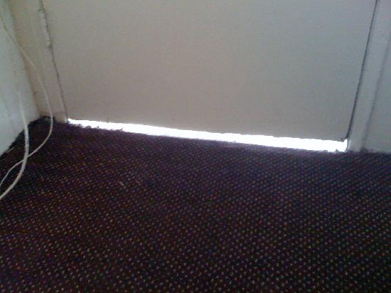 Budget Inn : There was a gap under the door to the outside you could throw a cat through