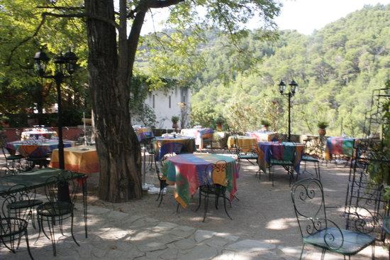 Hotel Les Florets: the outside patio