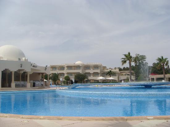 Hotel Le Royal Hammamet : piscine principale et vue extérieure des chambres vue 2