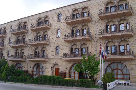 Tas Saray Hotel: vue de l'hôtel donnant sur le parking extérieur