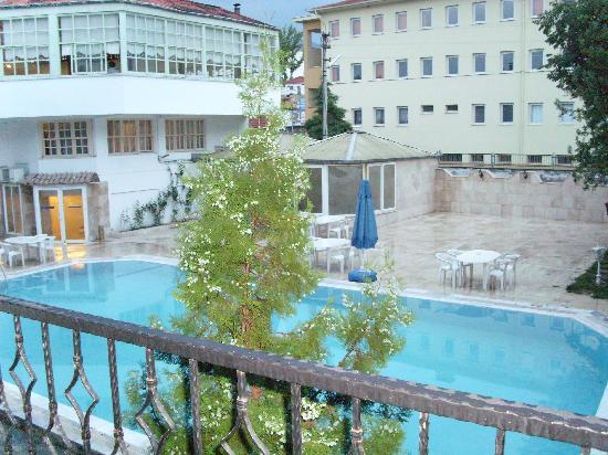 Kocak Otel Pamukkale: Vue du balcon sur la piscine extérieure +salle de restaurant (batiment avec rideaux) + salle ave
