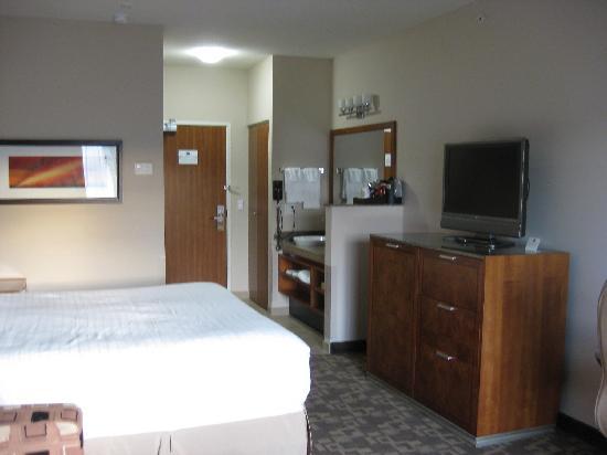 Best Western Plus Peppertree Inn at Omak: bathroom and bedroom area