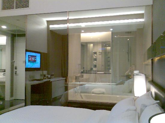 The Quincy Hotel by Far East Hospitality : View to bathroom