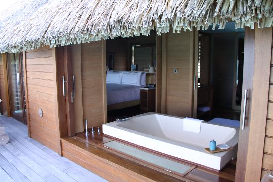 Four Seasons Resort Bora Bora: Bath Tub with a view
