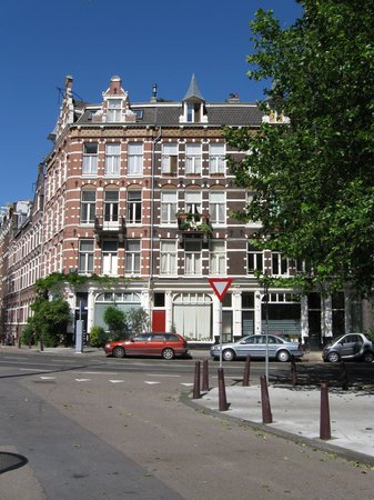 Amsterdam Bed and Breakfast: Hotel Exterior (Suite is in the right house on the balcony floor)