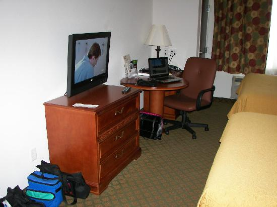 Budget Host Inn & Suites Cameron: TV and Work Area