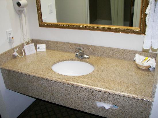 Budget Host Inn & Suites Cameron: Vanity Area