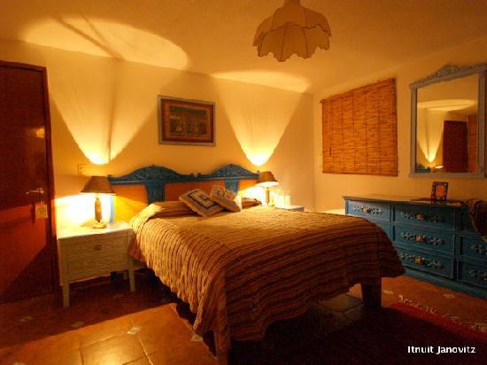 El Zopilote Mojado: The Embajadoras room