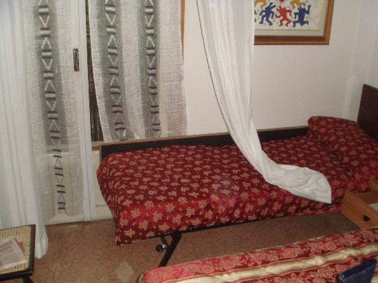 Il box doccia e l 39 armadio 30x30 foto di hotel nadir for Divano davanti porta finestra