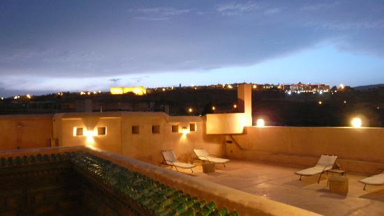 Riad Laaroussa Hotel and Spa : terrasse by night