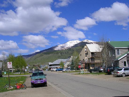 Purple Mountain Lodge Bed & Breakfast and Day Spa : View looking West from the front of PML