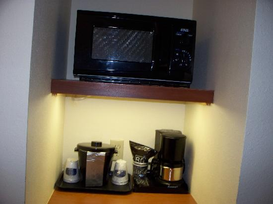 Fairfield Inn & Suites Marianna: Coffee and Microwave