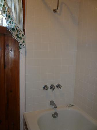 Shasta Lake Motel: Tub with clean shower walls