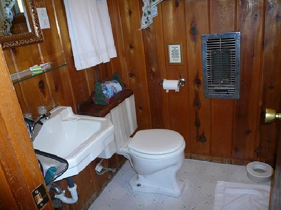 Shasta Lake Motel: Bathroom (notice on wall warns not to flush fish heads!)