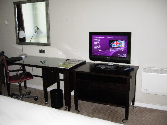 Hotel Felix: TV/ desk area