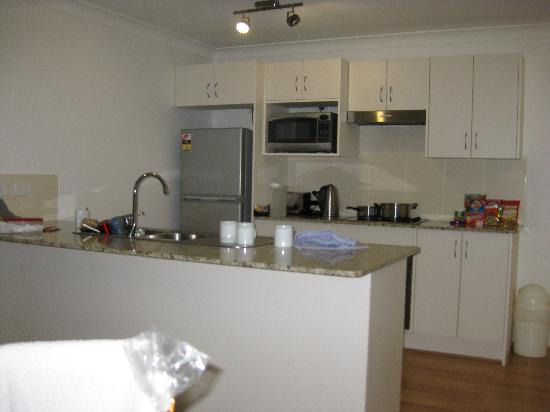 Shoal Bay Beach Club Apartments: Kitchen