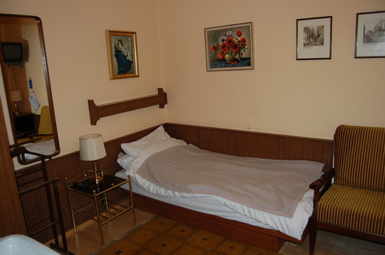 Hotel Pension Bosch: The room - Hardly plush!