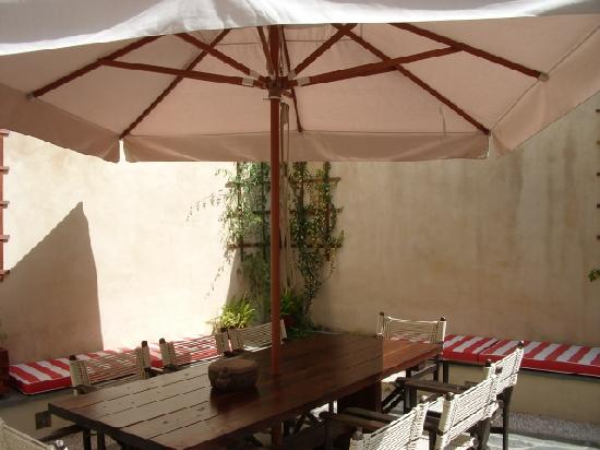 Zacosta Villa Hotel: Relaxing in the courtyard