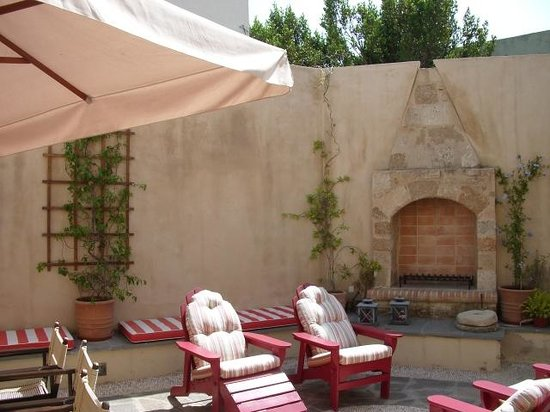 Zacosta Villa Hotel : Relaxing in the courtyard