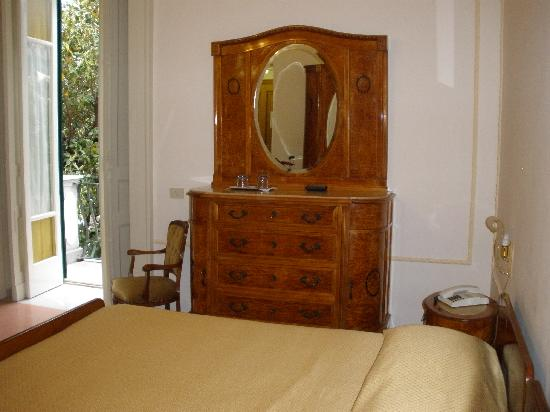 Domus San Vincenzo: Large room with lovely antique furniture