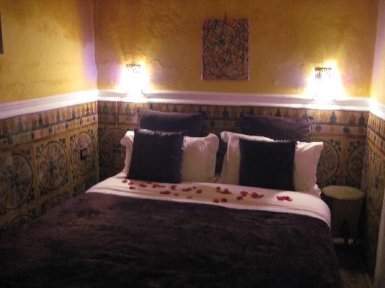 Lit avec pétales de rose chambre jaune - Photo de Riad Alech ...