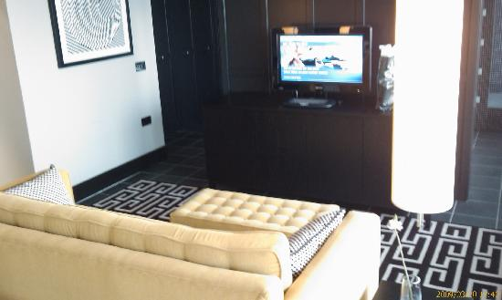 The Fitzwilliam Hotel Belfast: The settee at the end of the bed with flat screen TV in the suite