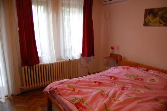 Hotel Vila Silia: The bed