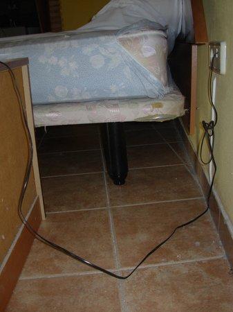 Palacete Santa Ana :                                     Porquería del suelo y estado del colchón y de la cama...
