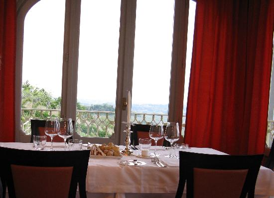 La Morra, Italien: A tbale and One of the many windows looking out