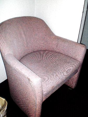 Rose Garden Inn: dirty stained chair