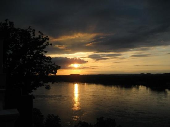 Hermann Hill Vineyard Inn & Spa and River Bluff Cottages: view of sunset on deck